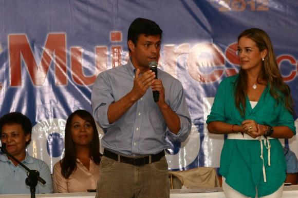 """Leopoldo López y su esposa, Lilian Tintori, en la presentación del programa social """"Soy Mujer"""""""