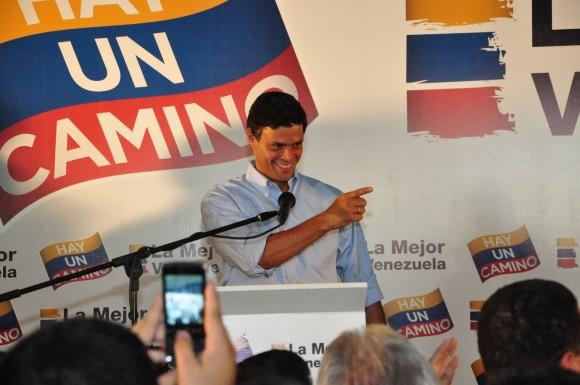 Leopoldo López anunciando su apoyo a la candidatura de Henrique Capriles Radonski