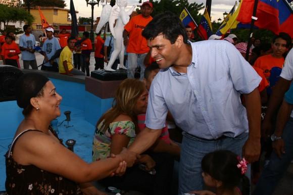 Leopoldo López en su recorrido en el sector de Santa Lucía, Maracaibo