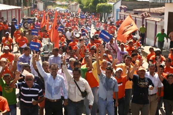 Leopoldo López en su caminata en el centro de Guasdualito