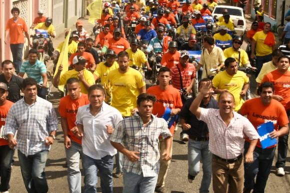 Leopoldo López en su recorrido por las calles de San Carlos