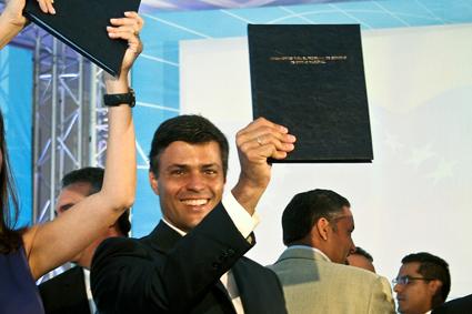 Leopoldo López con el libro de los lineamientos del Gobierno de la Unidad