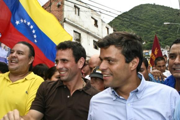 Leopoldo López junto al precandidato Henrique Capriles Radonski en su recorrido por las calles del centro de Maiquetía