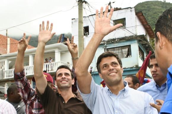 Leopoldo López junto a Henrique Capriles Radonski en el recorrido del centro de Maiquetía