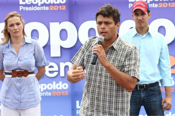 Leopoldo López en sus declaraciones en el estado Vargas, acompañado por Fabiola Colmenarez y Juan Guaidó