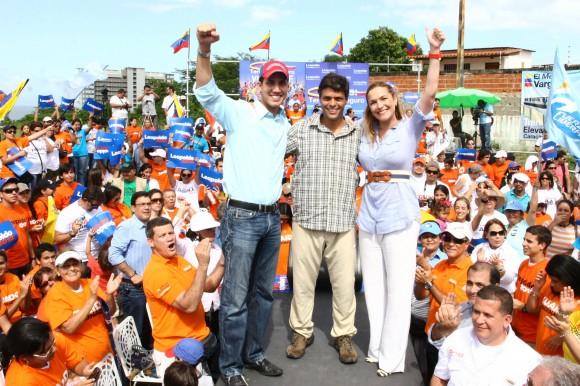 Leopoldo López junto a Juan Guaidó y a Fabiola Colmenarez en el estado Vargas