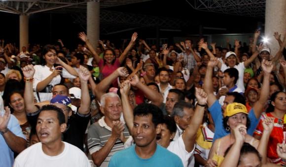 La Gente de Cantaura entusiasmada escuchando a sus líderes: Henrique Capriles Radonski y Leopoldo López